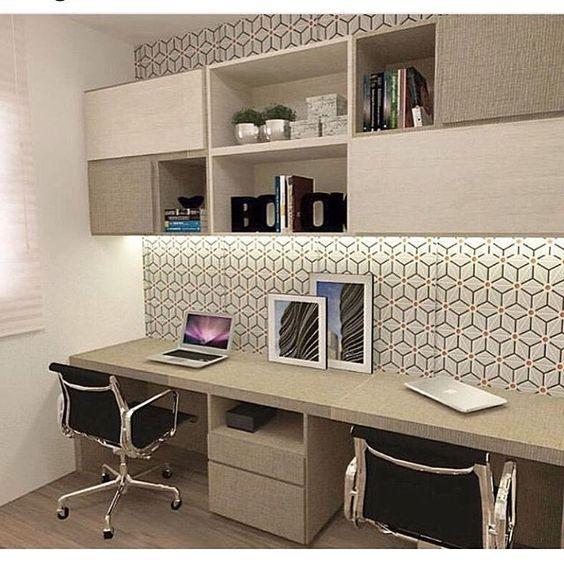 O papel de parede pode ser um artificio incrível para mudar o ambiente do home office sem muito esforço.