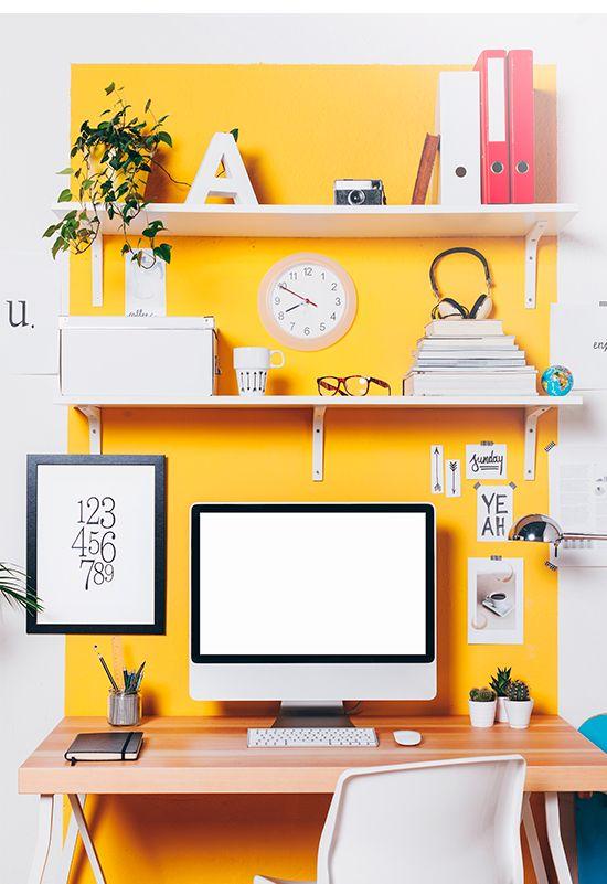 Optar por uma cor quente na parede vai deixar o ambiente de home office vibrante e inspirador.