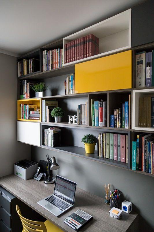 As prateleiras ajudam a otimizar o espaço e a manter tudo organizado no home office.