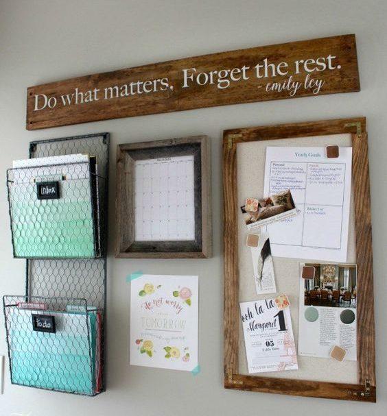 Os quadros de aviso agregam na decoração e também ajudam para que você não se perca em seus compromissos.
