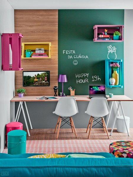 Incluir cores nos elementos decorativos faz o contraste perfeito com paredes e móveis mais sóbrios.