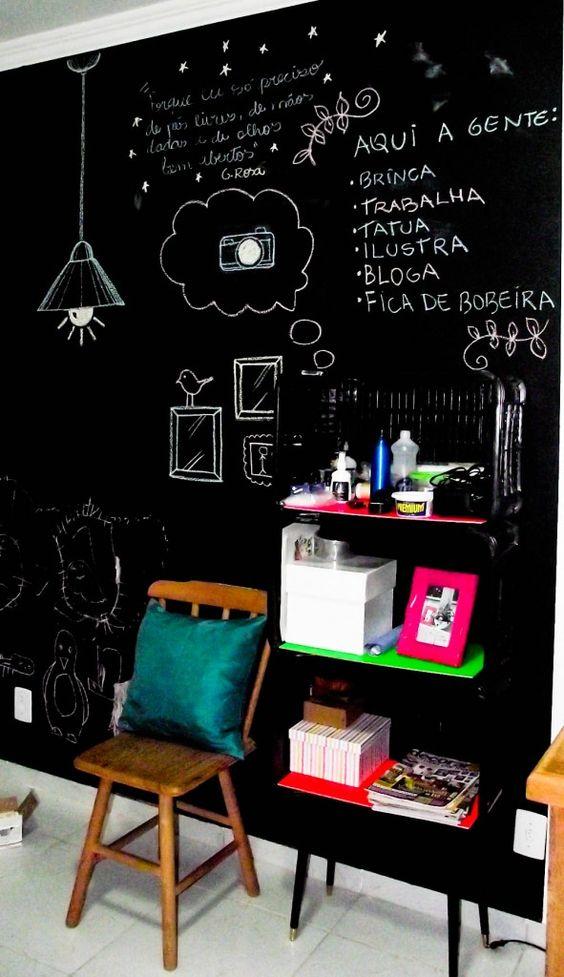 A parede de lousa além de ficar incrível na decoração ainda é muito útil para anotar compromissos e exercitar a criatividade.
