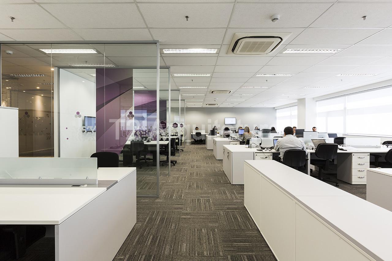 A integração dos espaços está presente em grande parte dos projetos de arquitetura corporativa por conta dos inúmeros benefícios desse tipo de organização de trabalho.